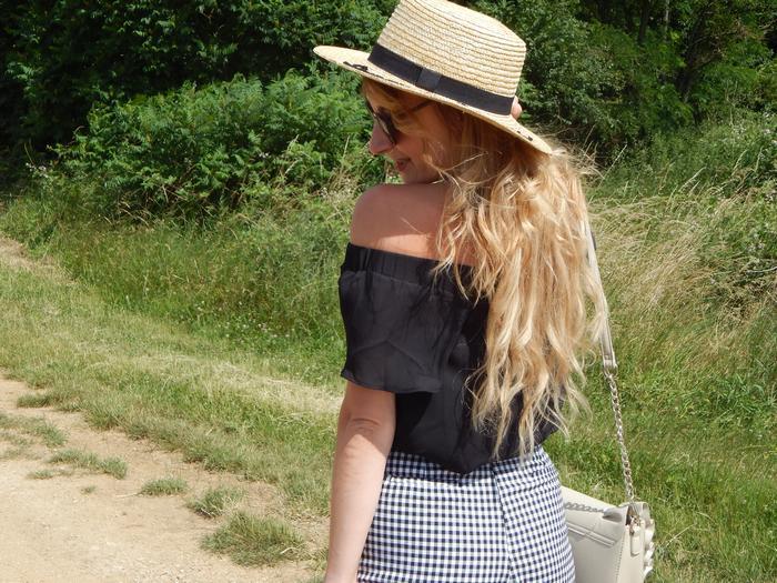 look estival chapeau de paille message, short vichy, top épaules dénudées, sneakers brodées et les raisons de mon absence