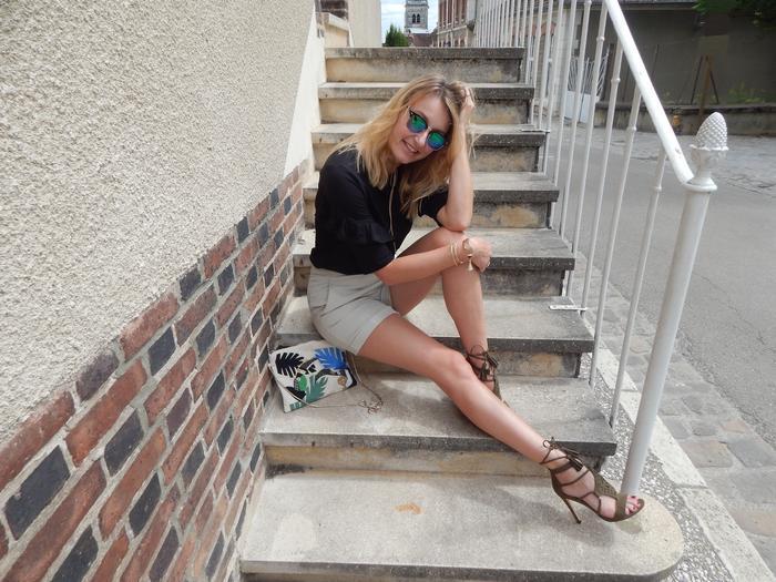 look estival casual chic décontracté avec volants short sandales et pochette brodée toucans