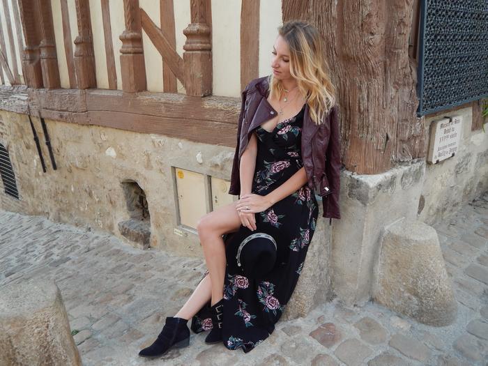 Je vous propose un look diamétralement opposé avec ce que j'ai l'habitude de porter. Une robe longue fleurie pour un total look bohème automnal.