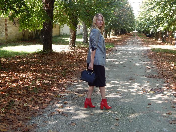 Look d'automne casual chic réunissant 3 tendances du moment: la veste Prince de Galles, le rouge et le tshirt à message.
