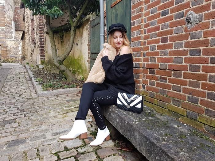 Le cas des boots blanches et message à Instagram