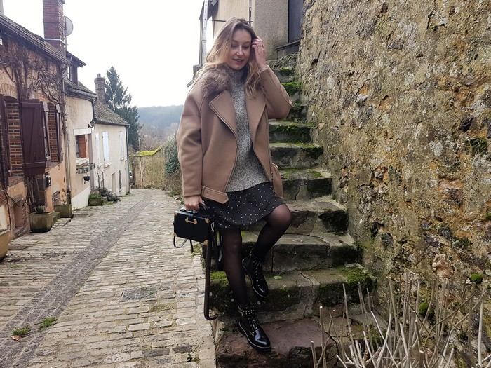 look soldé robe légère et boots masulines