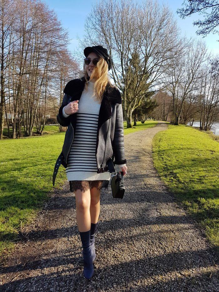 look avec une robe marinière pour assurer la transition vers le Printemps