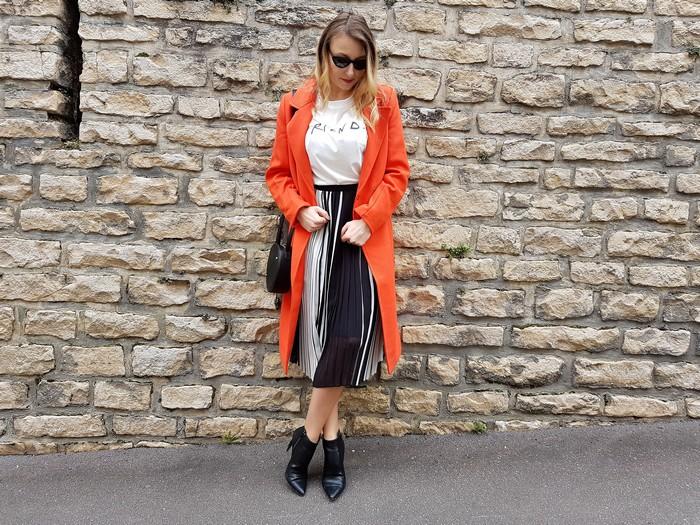 look de printemps avec un focus sur la couleur orange