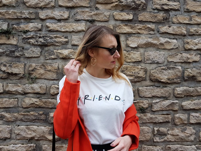 look de printemps avec un focus sur la couleur orange