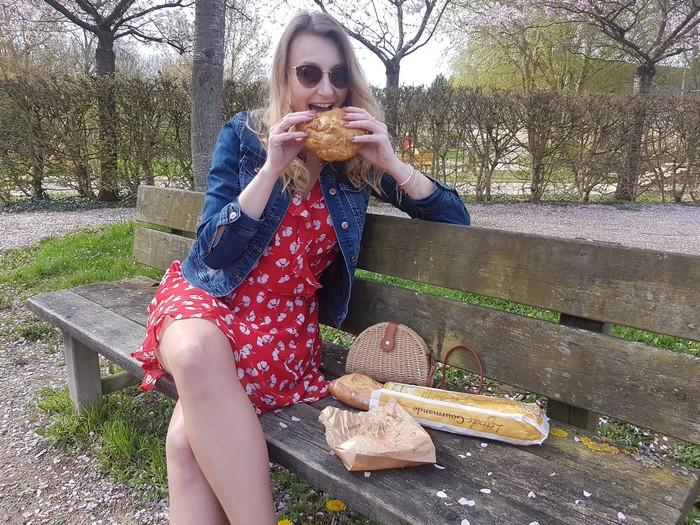 look printemps avec robe à volants rouge et sac en paille