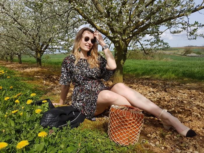 Look printanier dans un champs de cerisiers en fleurs