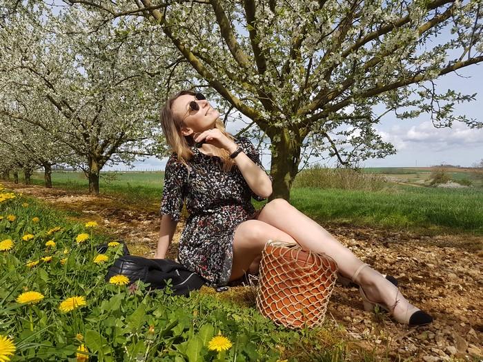 look printanier parmi les cerisiers en fleurs