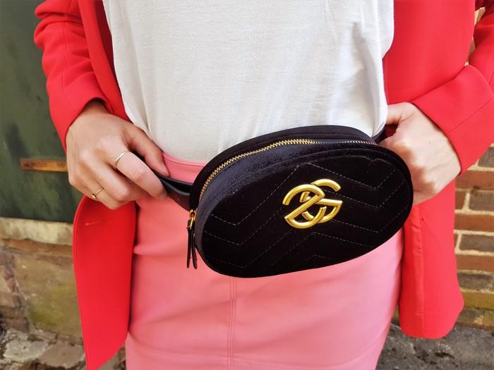 look avec association des couleurs rose et rouge et sac banane