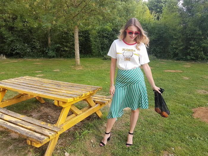 look estival coloré avec sac filet