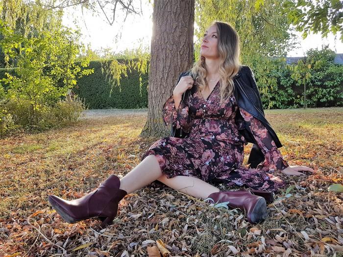 Porter sa robe longue bohème en automne
