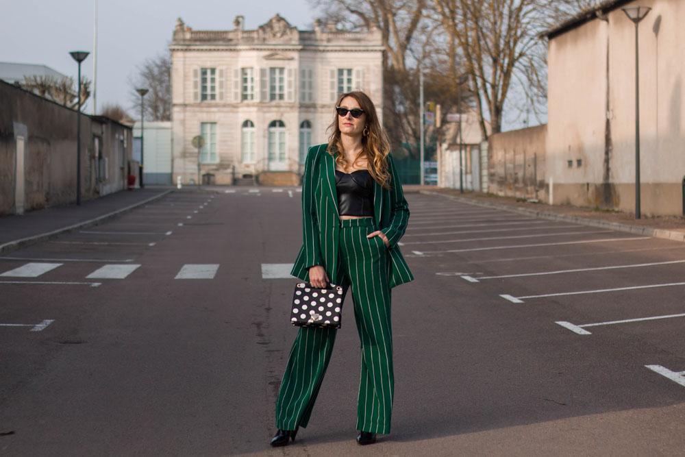 Tailleur vert à rayures… Et pourquoi pas?