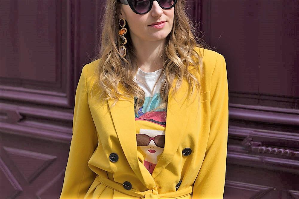 Look coloré: le tailleur pantalon jaune!
